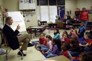 Mayor Kemp reads to Kindergarten